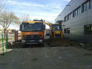 camión de carga amarillo y tractor