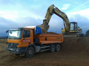camión de carga con excavadora amarilla