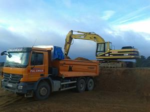 camión de carga amarillo con excavadora