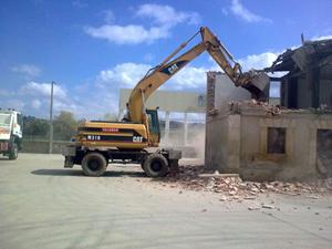 excavadora amarilla derrumbado casa