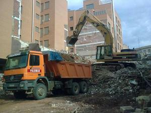 camión de carga llenándose de desechos