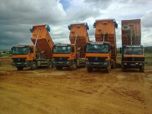 conjunto de camiones de carga amarillos