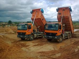 dos camiones de carga amarillos